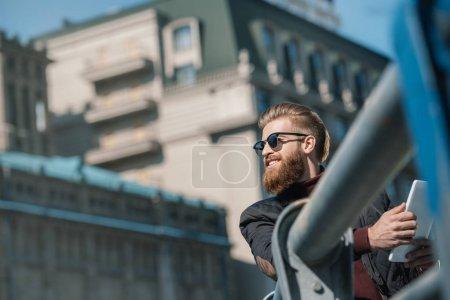 Foto de Hombre joven guapo con tableta digital al aire libre - Imagen libre de derechos