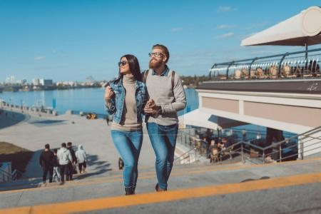 Photo pour Jeune couple ayant marché à l'extérieur sur le bord de la rivière - image libre de droit