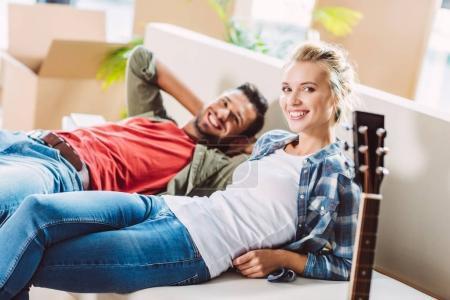 Ehepaar ruht in neuem Haus