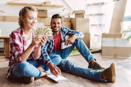 junges Paar beim Geldzählen