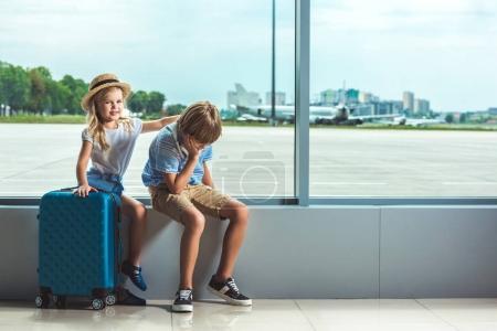 hermanos esperando en el aeropuerto