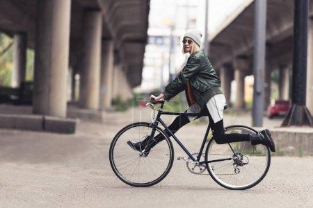 Photo pour Vélo vintage belle jeune femme - image libre de droit