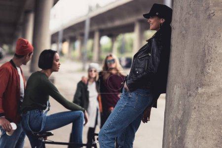 Foto de Jóvenes amigos elegante pasar tiempo juntos debajo del puente - Imagen libre de derechos