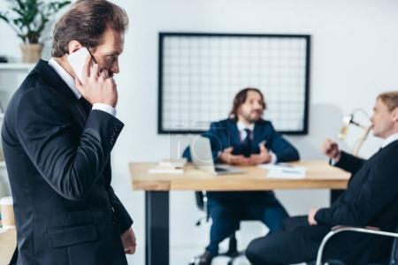 homme d'affaires, parler sur smartphone