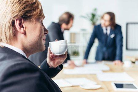 homme d'affaires, boire du café