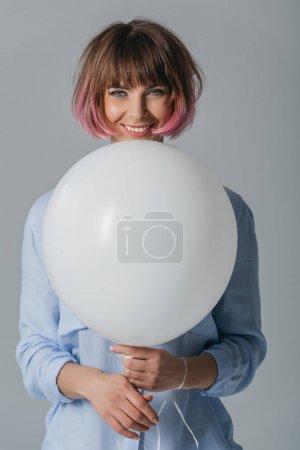 Photo pour Heureux belle tendre fille avec ballon blanc, isolé sur gris - image libre de droit