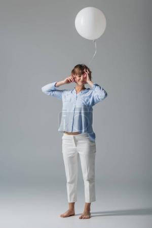 Photo pour Heureuse belle fille avec ballon blanc, isolé sur gris - image libre de droit