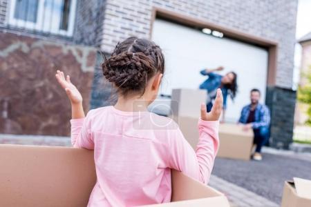 Photo pour Petite fille jouant avec les parents tout en se déplaçant dans la nouvelle maison - image libre de droit