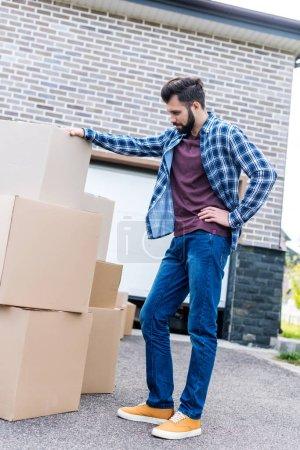 Photo pour Jeune homme pénétrant de maison neuve - image libre de droit