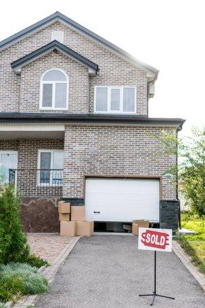 maison avec panneau vendu