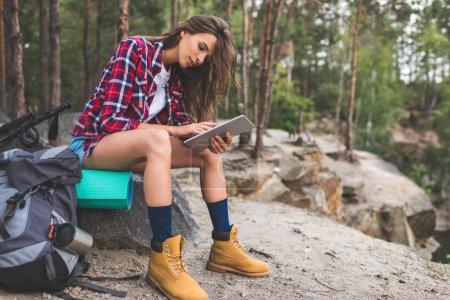mujer usando la tableta en la naturaleza