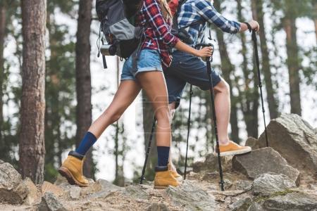 Photo pour Plan recadré de couple en randonnée - image libre de droit