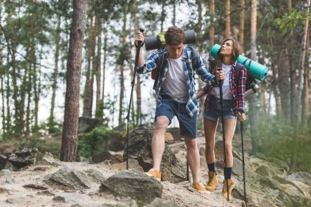 Photo pour Épuisé de jeune couple sur voyage de randonnée - image libre de droit
