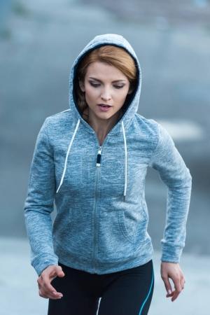 Photo pour Sportive sportive en tenue de sport courir en ville - image libre de droit