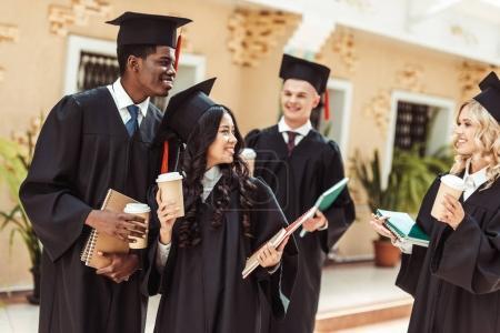 Foto de Grupo de estudiantes multiétnicos pasar tiempo juntos - Imagen libre de derechos