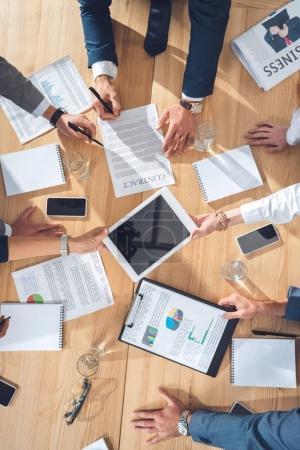 Photo pour Vue de dessus des partenaires d'affaires ayant la conversation - image libre de droit
