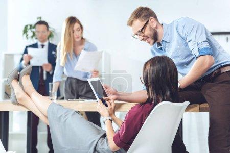 Photo pour Jeune entreprise s'associe à une tablette numérique à la salle de conférence - image libre de droit