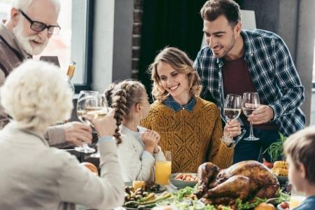 Photo pour Heureuse famille nombreuse ayant des repas de fête le jour de thanksgiving - image libre de droit