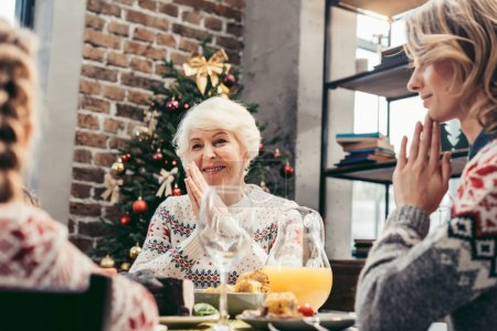 Photo pour Belle femme senior heureuse fête de Noël avec la famille - image libre de droit