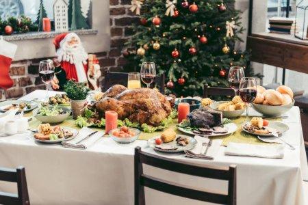 Photo pour Belle table de Noël décorée avec de délicieux plats assortis - image libre de droit