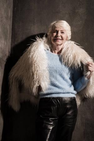 Photo pour Jolie femme senior en manteau de fourrure blanc - image libre de droit