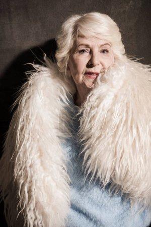 Photo pour Belle femme senior en manteau de fourrure blanc - image libre de droit