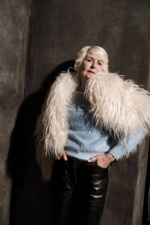 Photo pour Élégante femme senior en manteau de fourrure blanc - image libre de droit