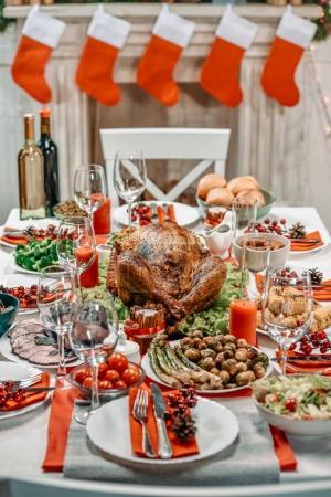 Photo pour Servi de table avec des plats savoureux pour le dîner de Noël - image libre de droit