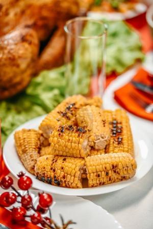 Photo pour Gros plan du tas de maïs grillé sur la table de Noël - image libre de droit