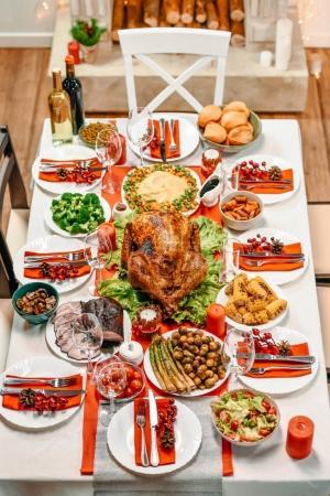 Photo pour Vue de la forte inclinaison de table servi avec délicieux repas pour le dîner de Noël - image libre de droit