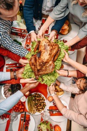 Photo pour Vue de dessus du plateau familial avec dinde de Noël - image libre de droit
