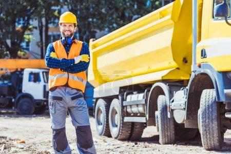 Bauarbeiter in Bollenhut und Weste