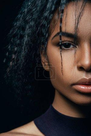 Foto de Retrato de chica afro atractiva posando para sesión de moda, aislado en negro - Imagen libre de derechos