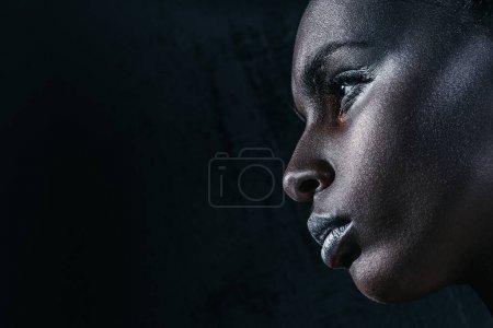 Photo pour Profil vue de attrayant afro-américain fille avec argent maquillage, isolé sur noir avec espace de copie - image libre de droit