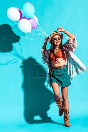Photo pour Femme souriante de Bohème danser avec des ballons colorés - image libre de droit