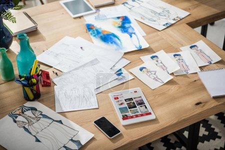Foto de Smartphone, tableta digital con pinterest web y moda bocetos sobre mesa - Imagen libre de derechos