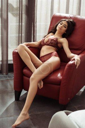 mujer seductora en sillón