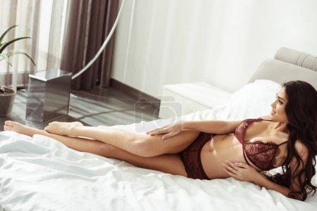 Photo pour Belle femme séduisante en lingerie sexy sur le lit - image libre de droit