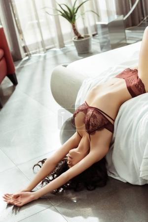 Photo pour Belle femme séduisante en lingerie sexy posant sur le lit - image libre de droit