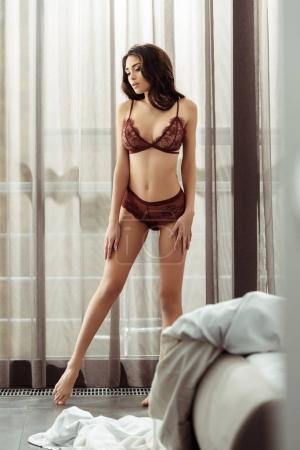 Photo pour Belle fille tendre avec un corps parfait en lingerie sexy posant à la maison - image libre de droit