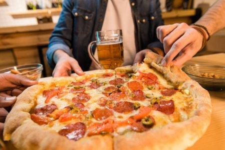 Männer essen Pizza