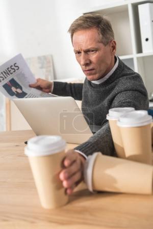 Photo pour Homme âgé moyen fatigué, prendre un café dans la tasse de papier - image libre de droit