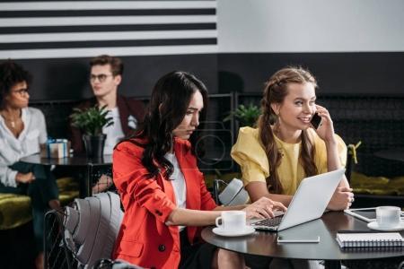 Photo pour Jeunes belles femmes chefs d'entreprise travaillant ensemble au café - image libre de droit