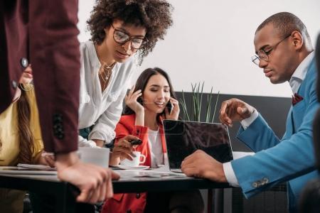 Foto de Grupo de socios de negocios multiétnico joven trabajando juntos - Imagen libre de derechos