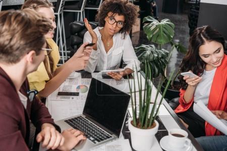 Foto de Grupo multiétnico de socios de negocio trabajando juntos - Imagen libre de derechos