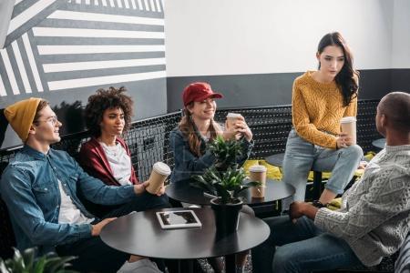 Photo pour Groupe d'amis boire du café dans un café élégant moderne - image libre de droit