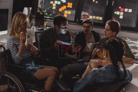 Photo pour Les jeunes de passer du temps ensemble après le travail au bureau moderne - image libre de droit