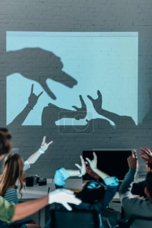 Photo pour Les jeunes qui jouent avec les ombres après le travail dans un bureau moderne - image libre de droit