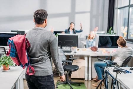 Photo pour Gens saluent son collègue dans le bureau moderne - image libre de droit