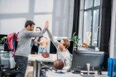 """Постер, картина, фотообои """"счастливые люди приветствуют друг друга в современном офисе"""""""